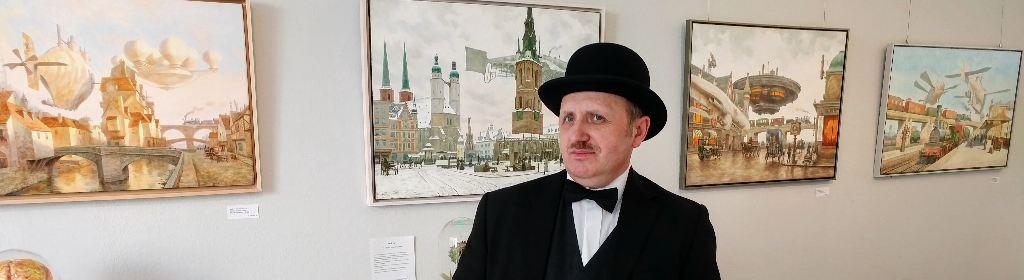 Maler Voitekhovitch vor seinen Bildern in der Ausstellung
